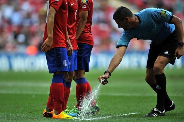 Había tanto olor a pata, que el árbitro tuvo que tomar medidas (?).  /Fotos de EFE, AP, AFP y Reuters