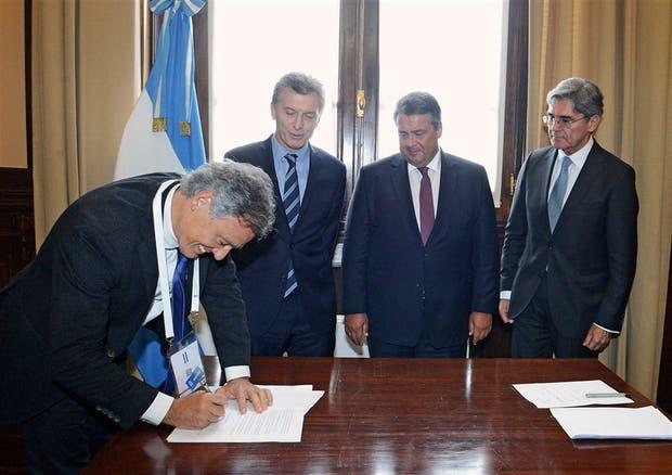 Cabrera y Macri, ayer, junto a los directivos del grupo alemán en la rubrica del convenio