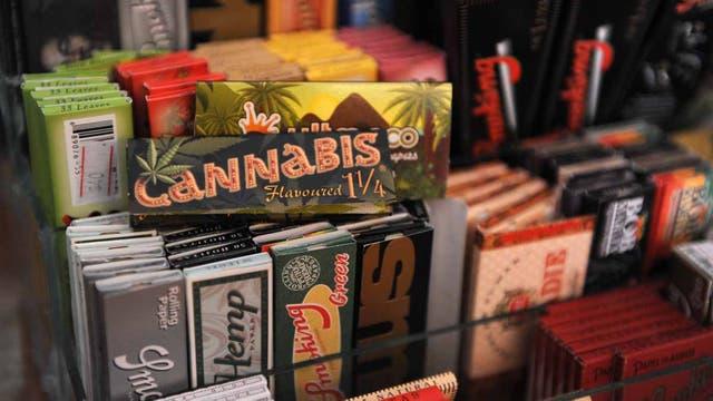 Papel para enrollar a la venta en la primera tienda dedicada a accesorios de cannabis, en Montevideo.