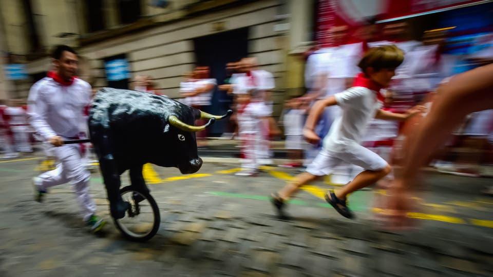 """Los niños corren en el """"Encierro Txiki"""" . Foto: AFP / Miguel Riopa"""