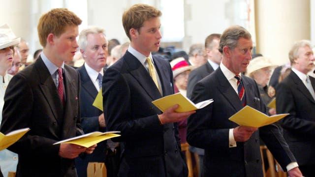El Príncipe de Gales con sus hijos durante un servicio de conmemoración del Jubileo de Oro de su madre la Reina Isabel II en la Iglesia de Santa María, Swansea, Inglaterra, el domingo 2 de junio de 2002