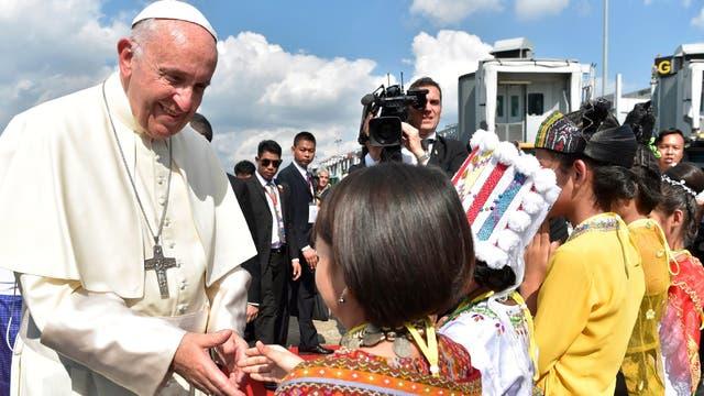 El Papa y la cálida bienvenida que recibió en el aeropuerto