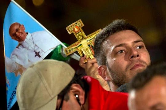 Miles de fieles participaron del primer Vía Crucis encabezado por el papa Francisco. Foto: AP