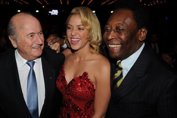 Blatter, Shakira y Pele, en la alfombra roja.  /AP, AFP y Reuters