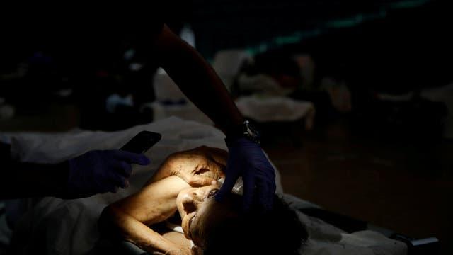 Hilda Colón permanece en un refugio y es controlada por los médicos. Foto: Reuters / Carlos Garcia Rawlins