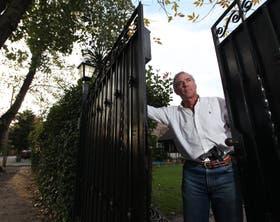 Rafael Dedyn ya fue asaltado y toma precauciones: se arma con un revólver para abrir el portón de su casa