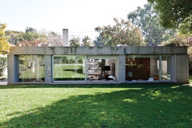 """""""La luz natural generó un cambio rotundo: llenó la casa de vida y la conectó con el exterior todos sus ambientes. Para nosotros, la captación de la luz desde la propuesta arquitectónica es crucial.."""