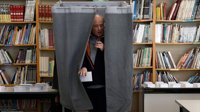 Largas colas en Cataluña para votar en unas elecciones decisivas