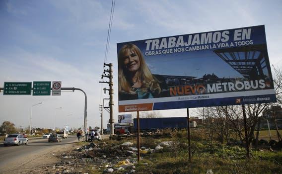 Ciudad Evita. En una campaña en la vía pública, la intendenta Magario, ultrakirchnerista, se atribuye la construcción del Metrobus que corre a lo largo de la ruta 3; pero es una obra del gobierno nacional. Foto: Fabián Marelli