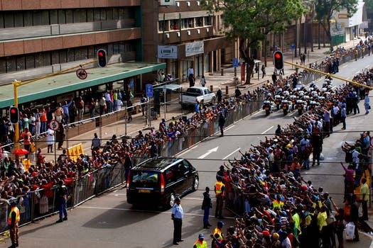 La ciudad de Pretoria está inundada de gente que quiere despedir a Mandela. Foto: AFP
