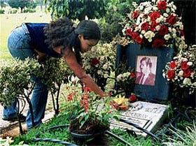 Flores Una mujer pone flores en la tumba del lord colombiano de la droga, Escobar Gaviria, en el cementerio de Medellín, el 2 de agosto de 2000