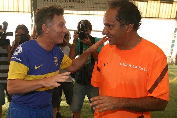 Macri y Scioli juntos durante un partido de fútbol que jugaron en Mar del Plata
