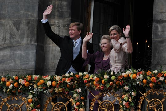 Los nuevos Reyes, Máxima y Guillermo,  junto a la flamante princesa Beatriz saludan al pueblo holandés desde el balcón. Foto: AFP