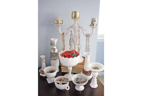 Otro ejemplo con viejas tazas, compoteras y candelabros. Foto: Vía Visit somethingtobefound.com