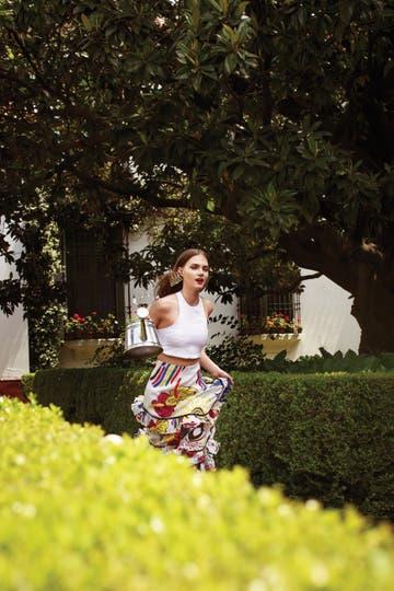 Top de lino (AY Not Dead), falda estampada con volados (Cher), aros metal (Mai Cassal)