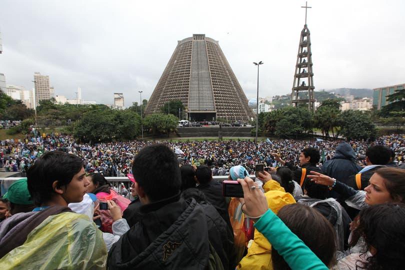 Luego, se dirigió a la Catedral Metropolitana, donde miles de jóvenes argentinos esperaban ansiosos su llegada. Foto: LA NACION / Ricardo Pristupluk