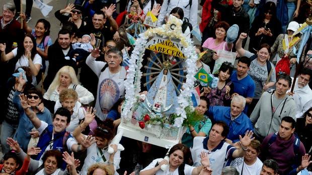 """La """"imagen cabecera"""" de la Virgen María salió pasado el mediodía del Santuario de San Cayetano en Liniers"""
