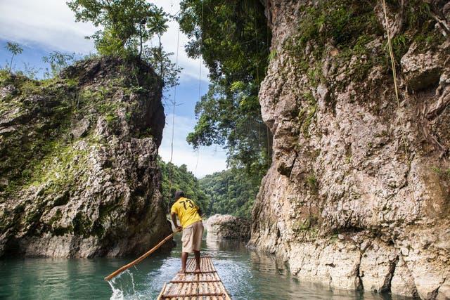 """""""Rafting"""" en el río Grande en canoas hechas de bambú. Foto: Sofía López Mañán"""