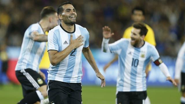 La alegría de Mercado, con Messi detrás