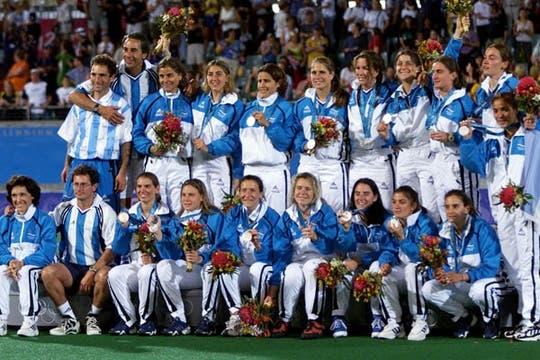 Para la historia: el primer plantel y cuerpo técnico de Las Leonas como tales, con la medalla plateada de Sydney 2000.. Foto: AP