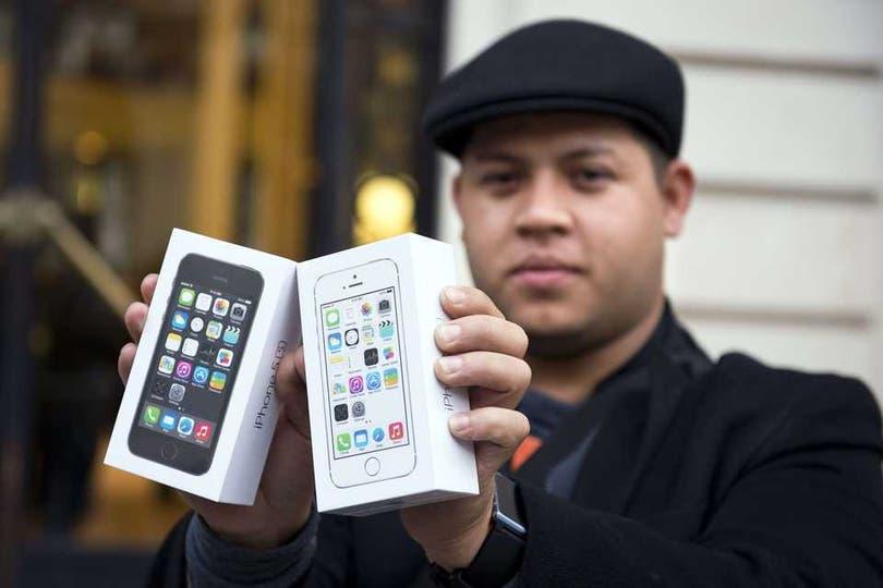 En París, otro de los compradores del iPhone 5S. Foto: AFP