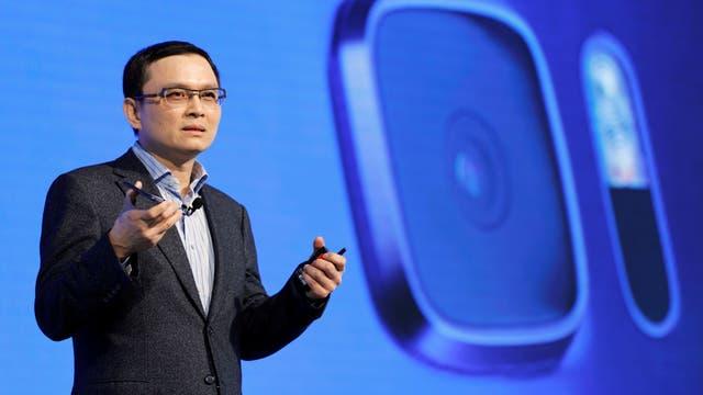 Chang Chia-Lin, presidente de ventas globales de HTC, muestra la cámara del U Ultra, que es la misma que la del Google Pixel