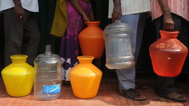 Una fila para cargar agua en Chennai, India