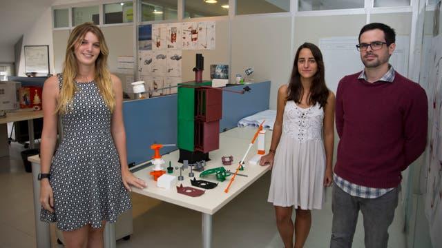 Micaela Ameijenda, María Baltar y Pedro Burgos, junto a prototipos de estaciones automáticas de medición