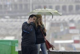 Caminar y espantar mosquitos ya es un hábito en la lluviosa Mar del Plata