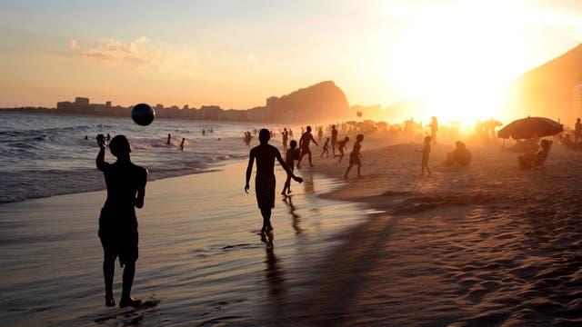 El atardecer en Copacabana, aunque en menor cantidad los turistas también se acercan a la playa