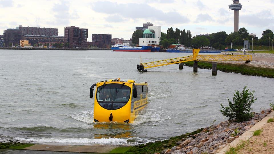 El Splash Bus sale del asfalto e ingresa en el agua