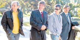 Boudou, ayer, en Tucumán; lo acompañan, entre otros, el vocero de Néstor Kirchner, Alfredo Scoccimarro (en el extremo derecho)