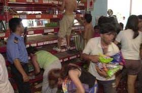 Antes de que rigiese el estado de sitio, un grupo saquea un supermercado de Ciudadela