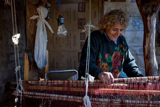 Paula en su telar sabe de todo, sabe tejer y sabe de la tierra polvorienta en donde los gusanos construyen su casita en los árboles. Foto: LA NACION / Rodrigo Néspolo/Enviado especial