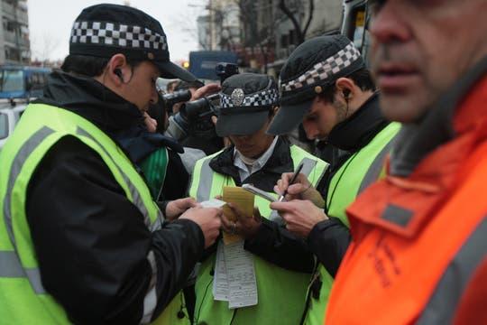 Parte del personal que estuvo realizando los controles revisa las infracciones labradas. Foto: LA NACION / Miguel Acevedo Riú