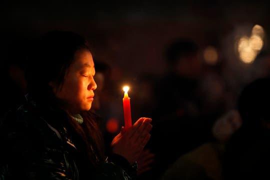 Una mujer reza por el Año Nuevo chino en el templo de Wuquanshan en Lanzhou. Foto: Reuters