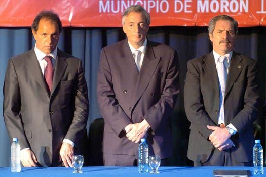 Solá con Kirchner y su sucesor, Daniel Scioli; se alejó del kirchnerismo por diferencias políticas. Foto: Archivo