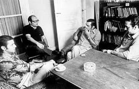 Las fiestas. De izquierda a derecha, los dramaturgos Ricardo Talesnik, Germán Rozenmacher, Carlos Somigliana y Roberto Cossa, reunidos a fines de los años 60, para planear el ciclo