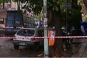 El cuerpo fue encontrado en la vereda; la policía trabaja en el lugar