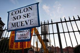 Manifestación de la comunidad italiana frente al monumento a Cristóbal Colón