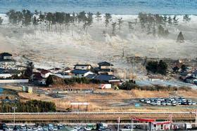 Uno de los tantos terribles momentos del paso del tsunami en una localidad japonesa