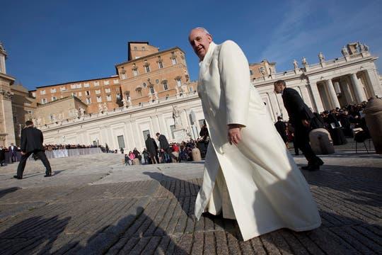 El papa Francisco, de recorrida por el Vaticano tras la audiencia general. Foto: AP