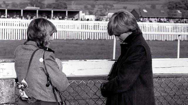 Lady Di y Camilla en el hipódromo de Ludlow el 24 de octubre de 1980