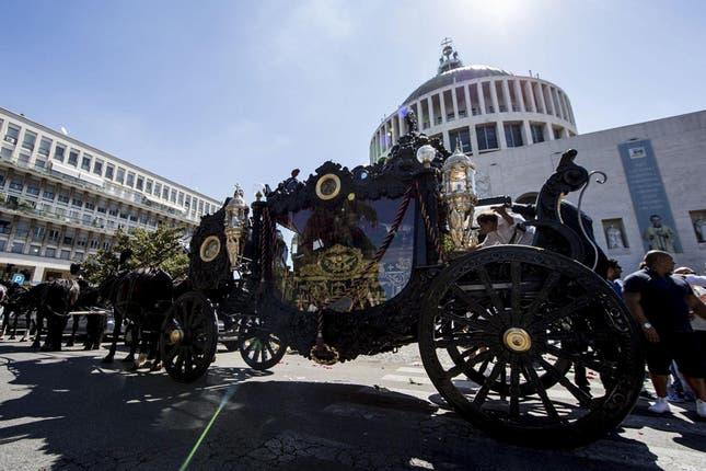 El coche en el que fue llevado el féretro a la iglesia. Foto: AP
