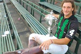 Bartolomé Castagnola reposa con la copa en la tribuna principal de Hurlingham; el impetuoso back de La Dolfina elogió a Gonzalo Pieres, con quien compartió años de juego en Ellerstina