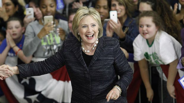 Hillary, en plena campaña, ayer en Ohio