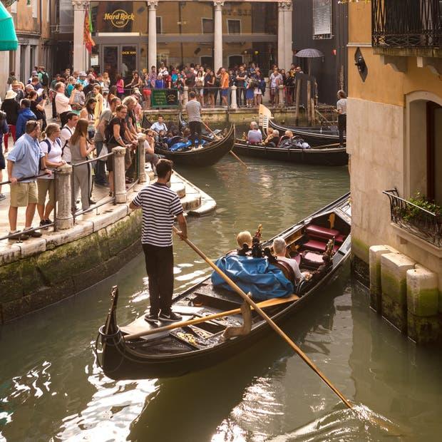 El agua y la tierra de Venecia, invadidos por turistas