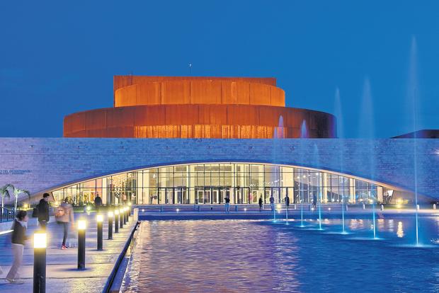 Precedido por un parque con espejo de agua y luces de colores, el edificio parece un ovni en medio de la capital sanjuanina