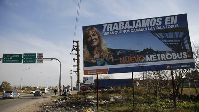 Ciudad Evita. En una campaña en la vía pública, la intendenta Magario, ultrakirchnerista, se atribuye la construcción del Metrobus que corre a lo largo de la ruta 3; pero es una obra del gobierno nacional