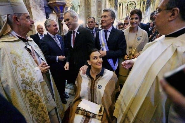 Poli, con las autoridades en la catedral; su discurso fue moderado
